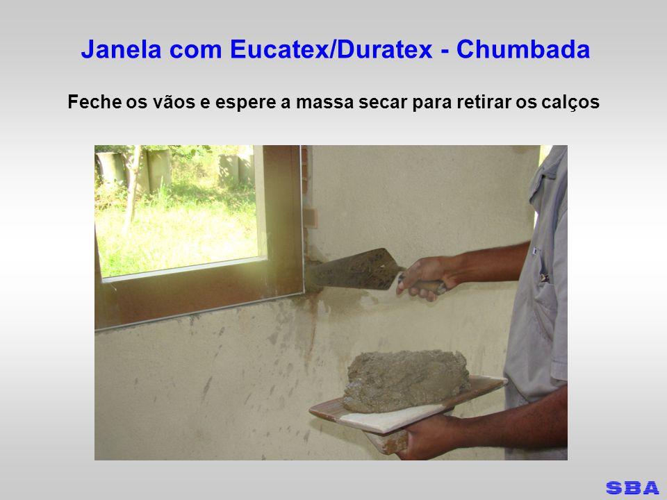 Janela com Eucatex/Duratex - Chumbada Feche os vãos e espere a massa secar para retirar os calços