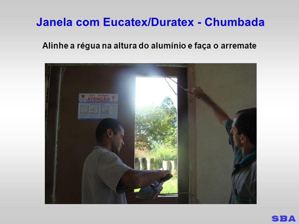 Janela com Eucatex/Duratex - Chumbada Alinhe a régua na altura do alumínio e faça o arremate