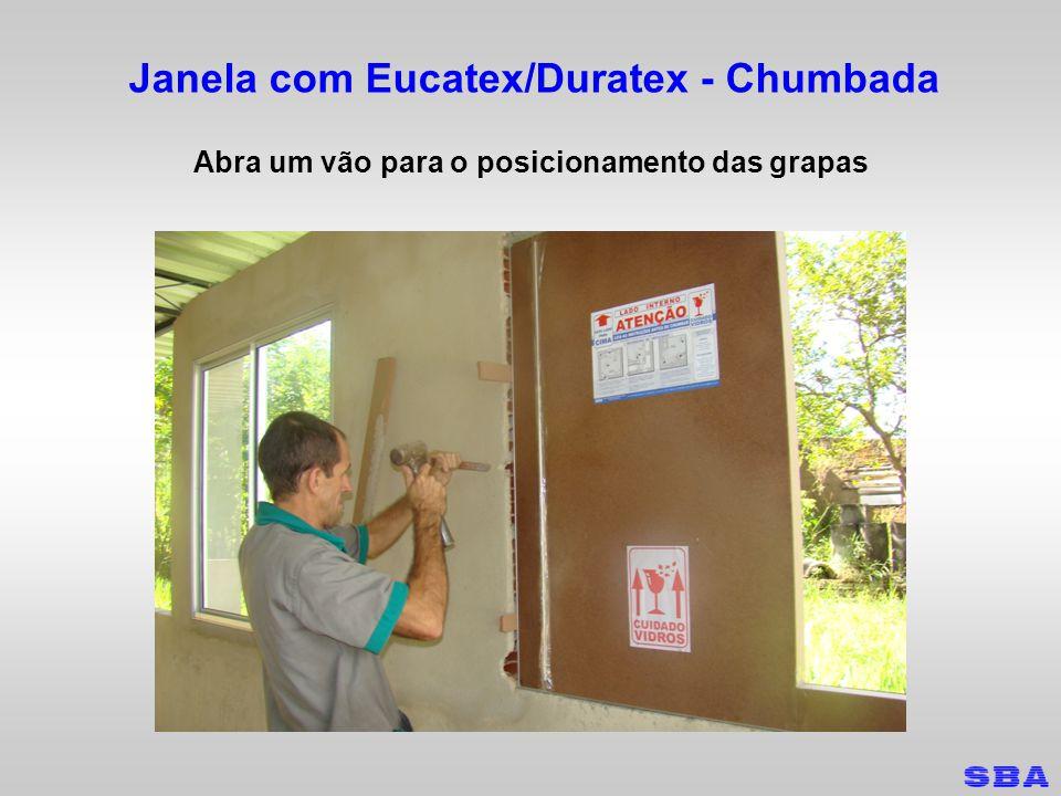 Janela com Eucatex/Duratex - Chumbada Abra um vão para o posicionamento das grapas