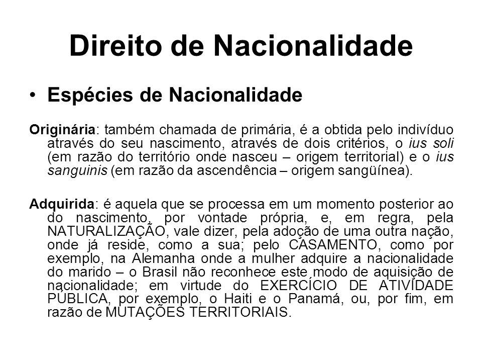 Direito de Nacionalidade Perda do Direito de Nacionalidade A CF determina que o indivíduo PERDERÁ A NACIONALIDADE BRASILEIRA quando tiver cancelada a sua naturalização por determinação judicial, em virtude de atividade nociva ao interesse nacional, ou quando adquirir outra nacionalidade.
