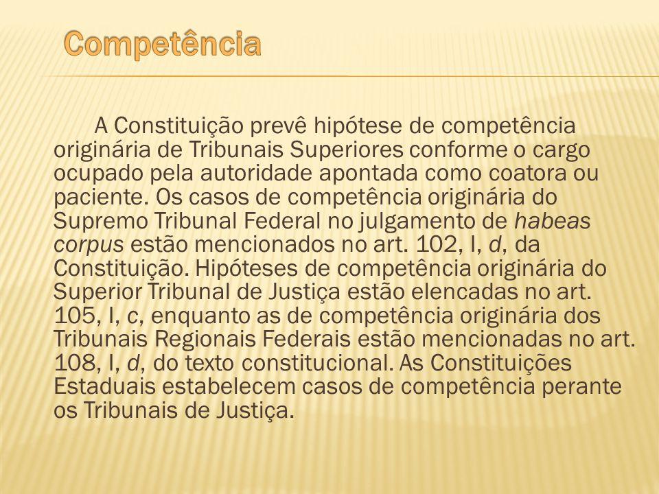A Constituição prevê hipótese de competência originária de Tribunais Superiores conforme o cargo ocupado pela autoridade apontada como coatora ou paci