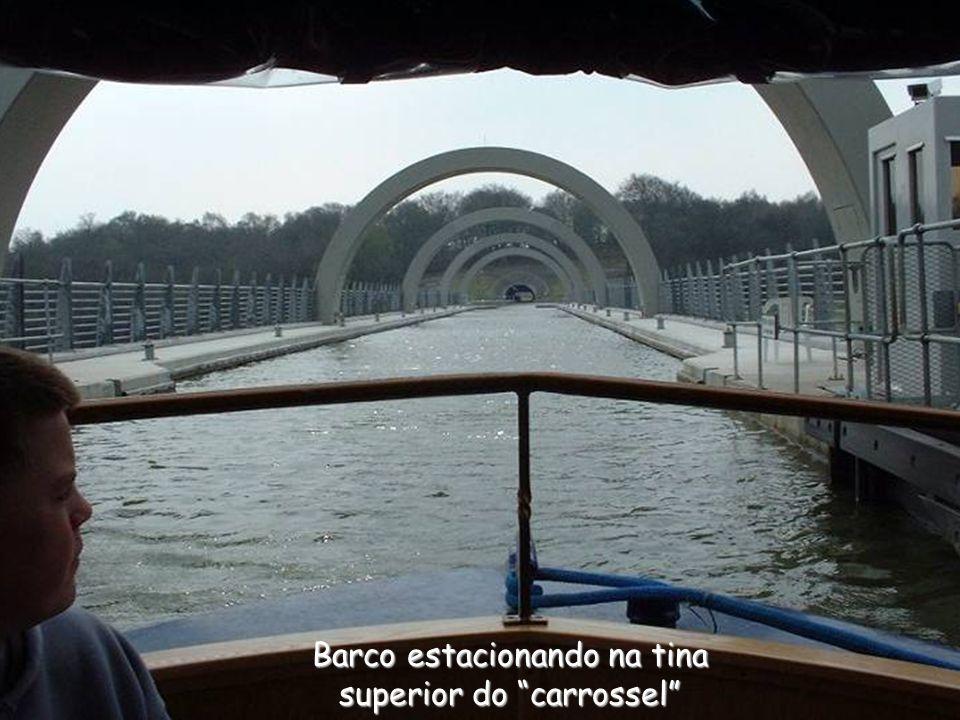 Barco estacionando na tina superior do carrossel