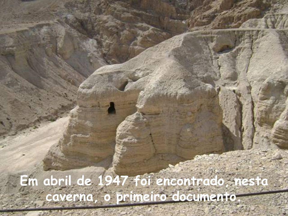 Em abril de 1947 foi encontrado, nesta caverna, o primeiro documento.