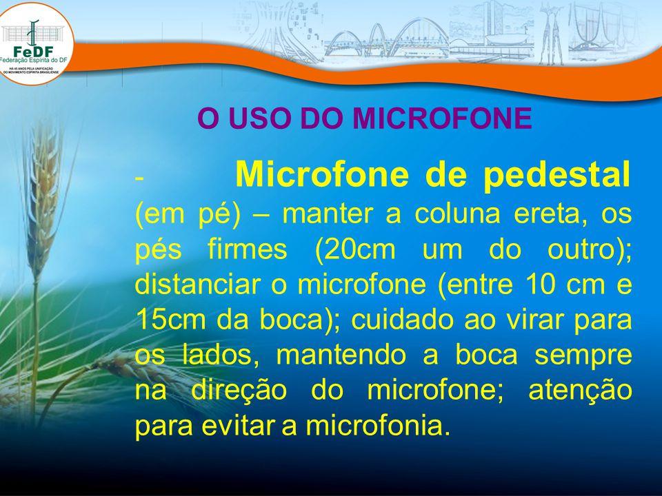 - Microfone de pedestal (em pé) – manter a coluna ereta, os pés firmes (20cm um do outro); distanciar o microfone (entre 10 cm e 15cm da boca); cuidad