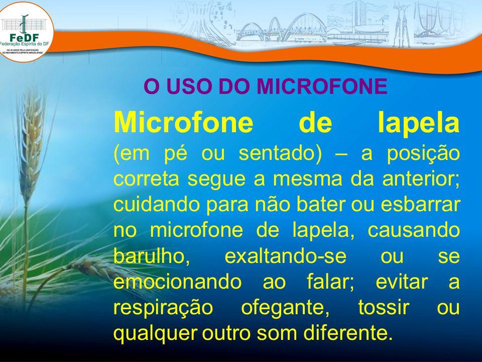 Microfone de lapela (em pé ou sentado) – a posição correta segue a mesma da anterior; cuidando para não bater ou esbarrar no microfone de lapela, caus