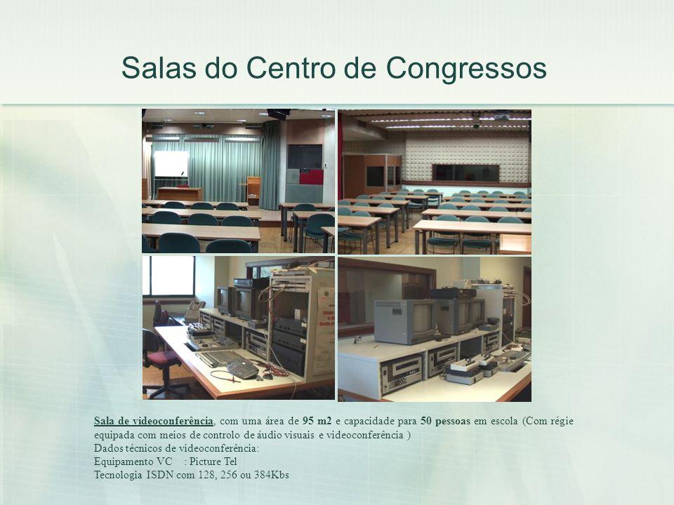 Salas do Centro de Congressos Sala de videoconferência, com uma área de 95 m2 e capacidade para 50 pessoas em escola (Com régie equipada com meios de