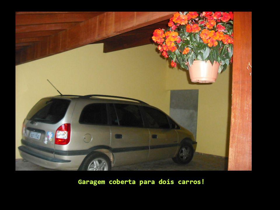 Garagem coberta para dois carros!