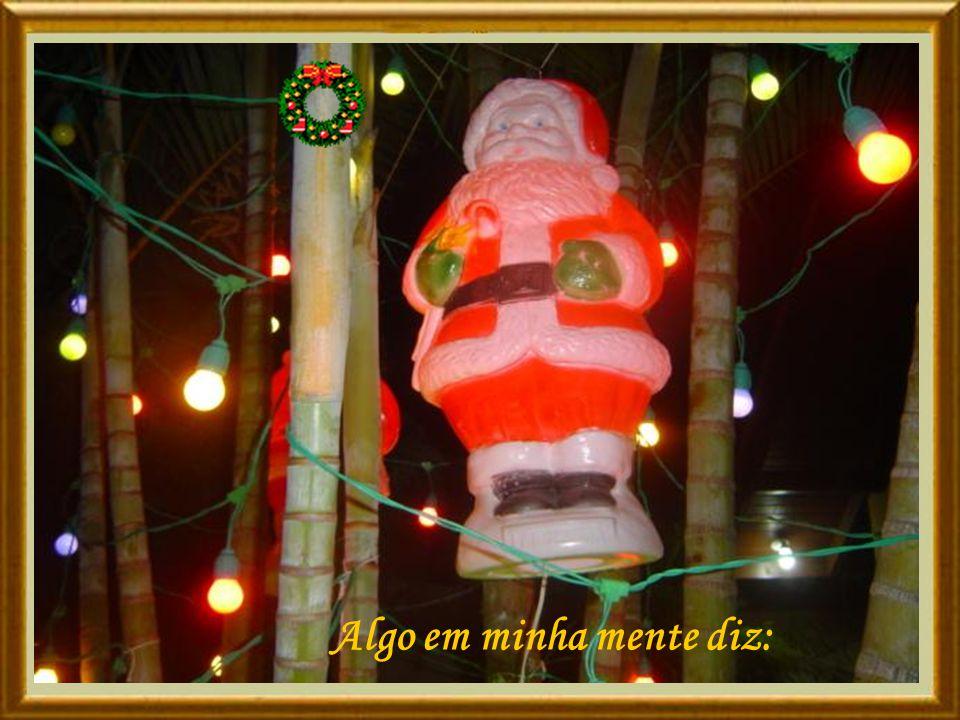 É noite- 25 de dezembro, novamente a cidade está toda enfeitada com luzes.