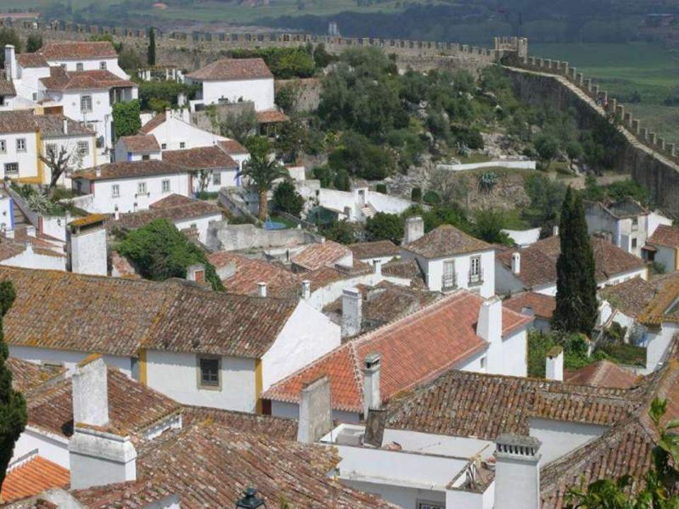 No séc. XII, há já notícia de um castelo em Óbidos e um século depois a vila estava já amuralhada. Ainda hoje o coração de Óbidos está guardado pelas
