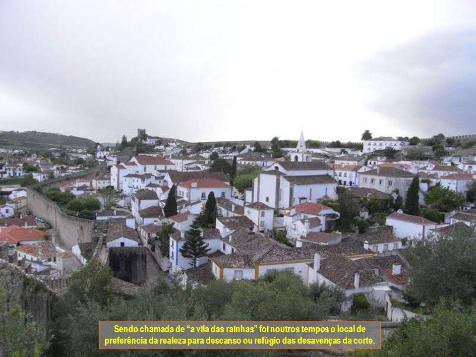 A vila de Óbidos fica no distrito de Leiria e faz parte da Região de Turismo do Oeste. Esta vila guarda séculos de história dentro das suas muralhas.