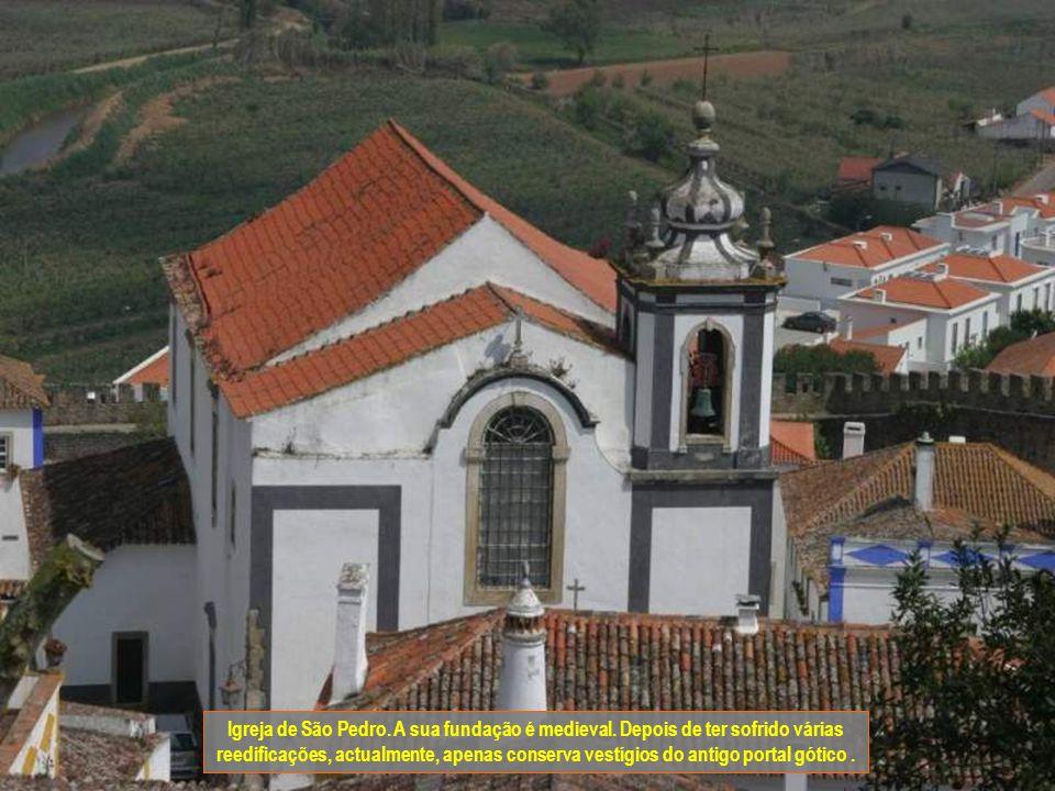 No século XIV no reinado do rei D. Dinis, Óbidos cresce para fora das muralhas ocupando o espaço em torno da igreja de São Pedro.