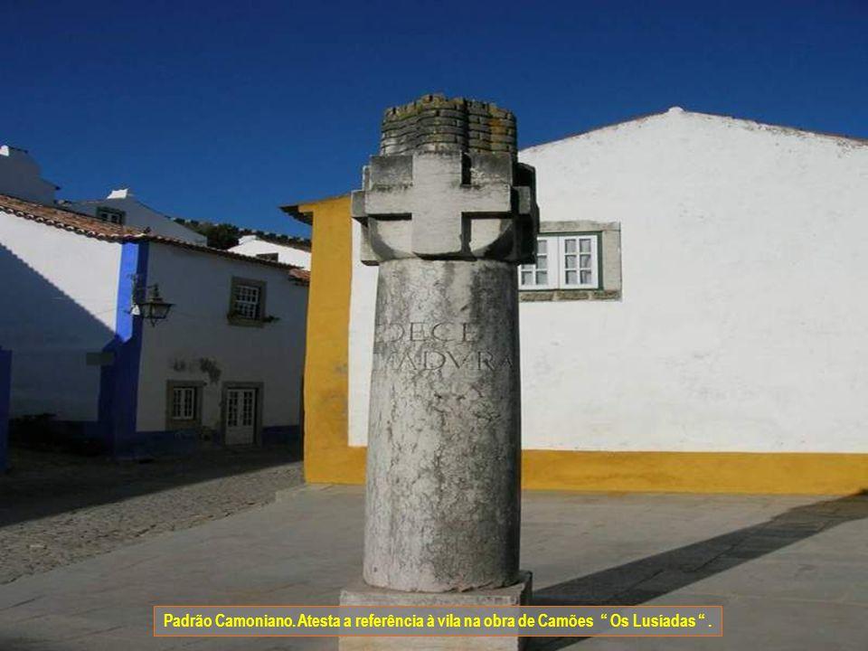 Cruzeiro da Memória. Foi construído em comemoração da tomada de Óbidos aos Mouros pelo rei D. Afonso Henriques, assinala o local onde este montou acam