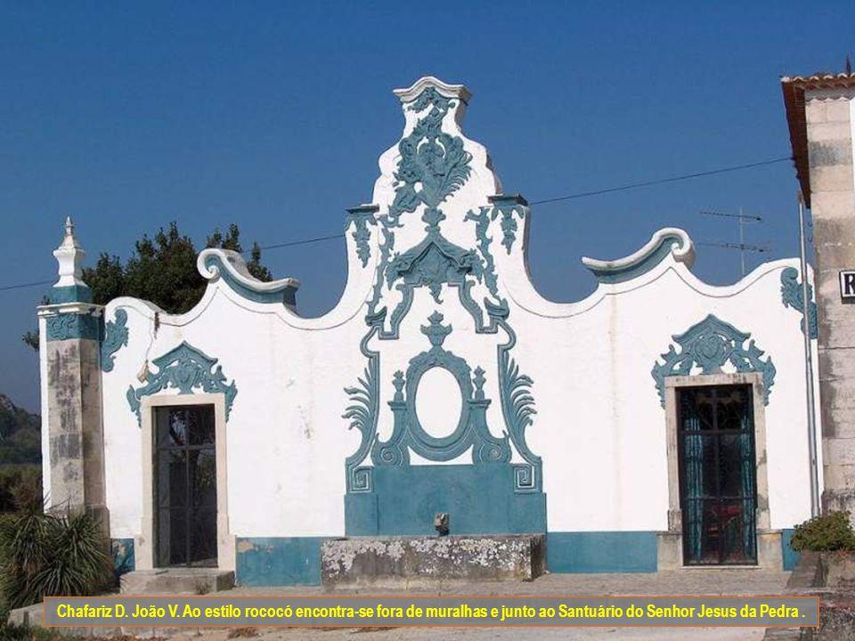 Chafariz da vila ou de D. Catarina. Ao estilo maneirista foi construído no séc. XVI. Está localizado na praça de Santa Maria e fica mesmo por detrás d
