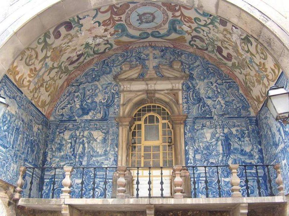 Porta principal de entrada na vila. No seu interior encontra-se a capela de N. Sra. da Piedade padroeira de Óbidos. Esta capela possui um varandim ao