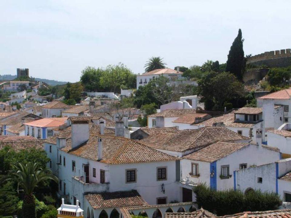 Ao contrário do que se pensa, o nome Óbidos não deriva da parónima óbitos, mas sim do termo latino oppidum, significando «cidadela» ou «cidade fortifi