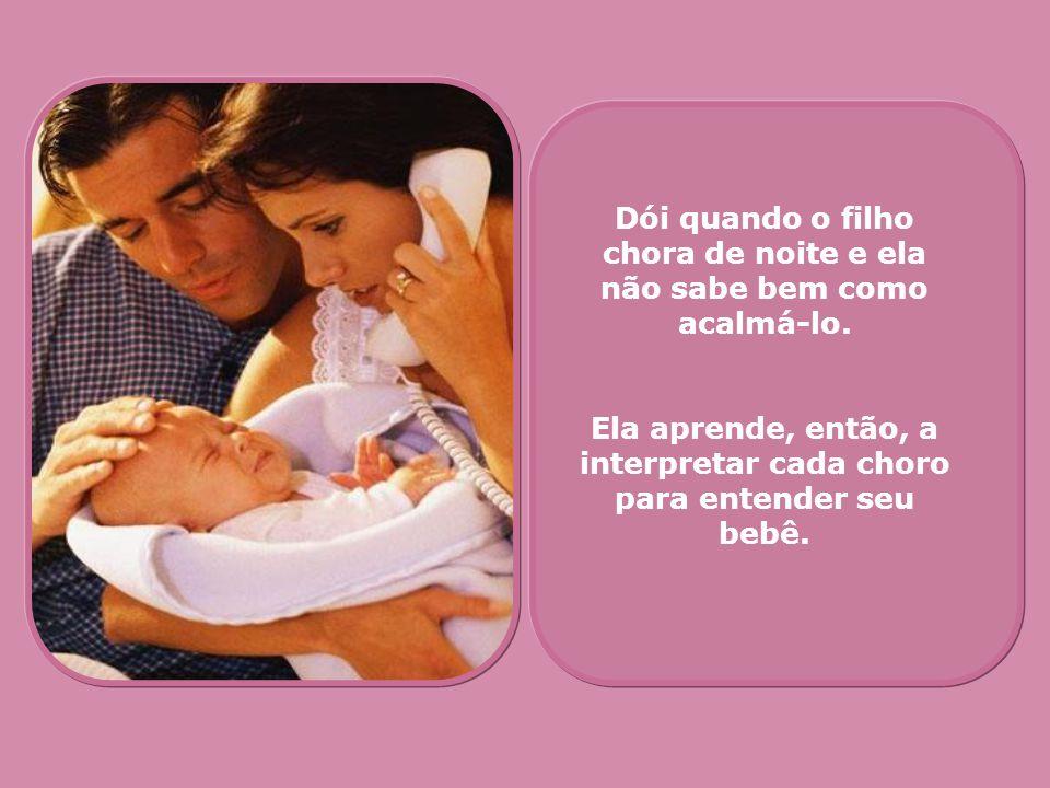 Dói quando o filho chora de noite e ela não sabe bem como acalmá-lo. Ela aprende, então, a interpretar cada choro para entender seu bebê.