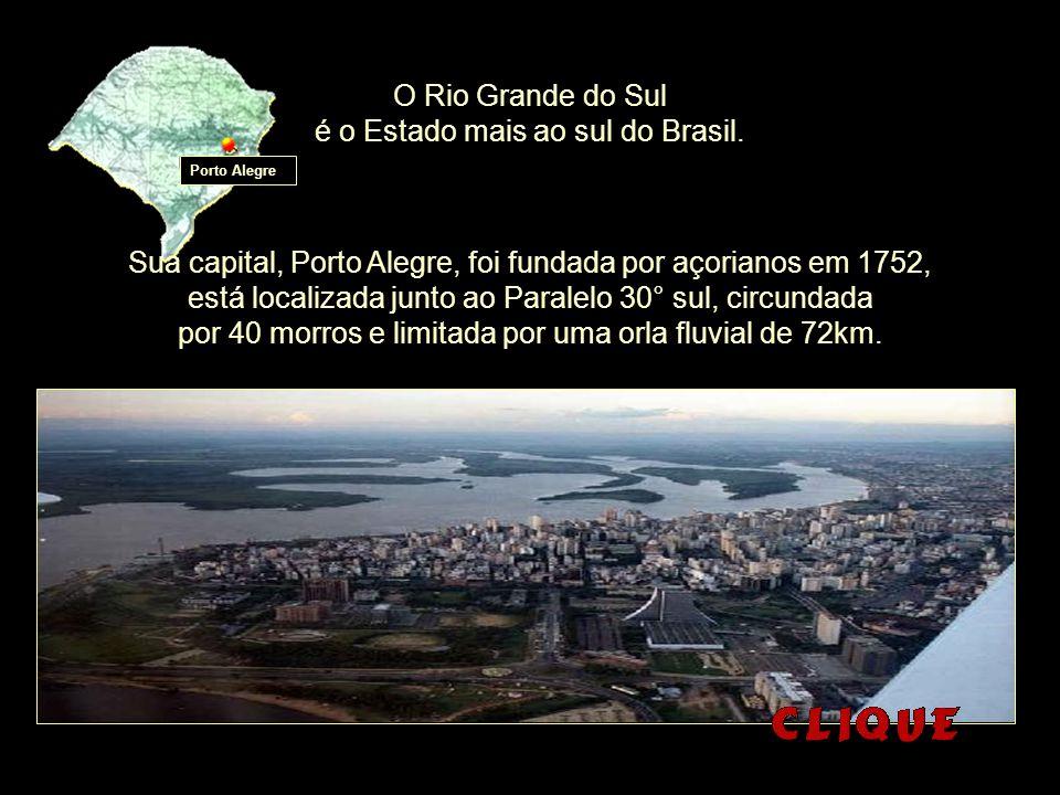 Monumento O Laçador e bandeira do Rio Grande do Sul ao fundo.