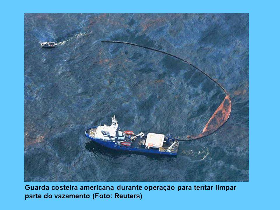 Guarda costeira americana durante operação para tentar limpar parte do vazamento (Foto: Reuters)