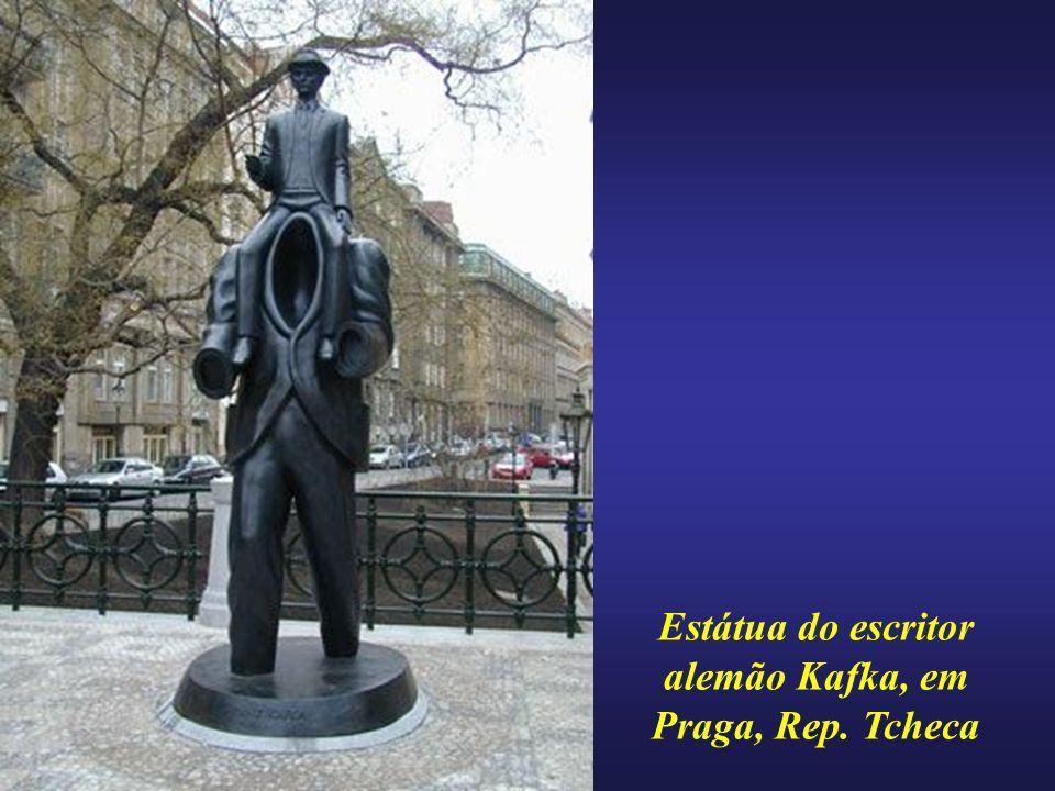 Estátua do escritor alemão Kafka, em Praga, Rep. Tcheca