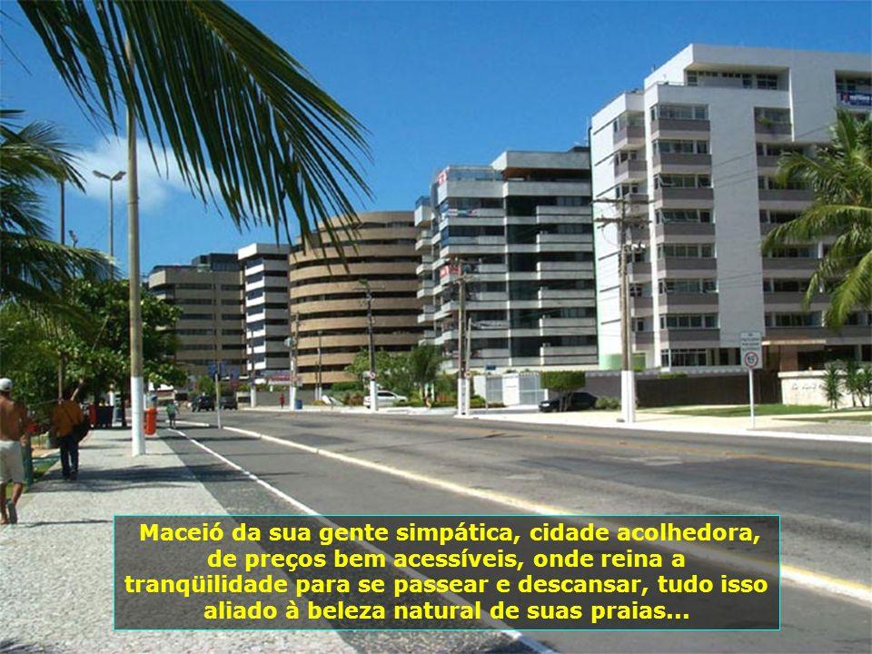 É capital do Estado de Alagoas, no nordeste brasileiro, tendo, hoje, mais de 800 mil habitantes e se constitui num dos mais belos pólos turísticos do