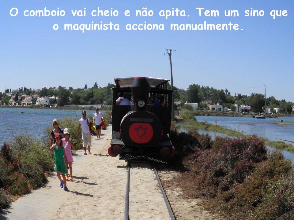 O comboio vai cheio e não apita. Tem um sino que o maquinista acciona manualmente.