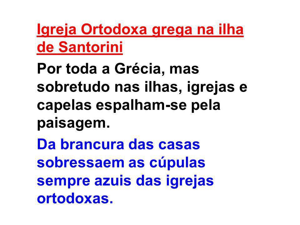 Igreja Ortodoxa grega na ilha de Santorini Por toda a Grécia, mas sobretudo nas ilhas, igrejas e capelas espalham-se pela paisagem. Da brancura das ca