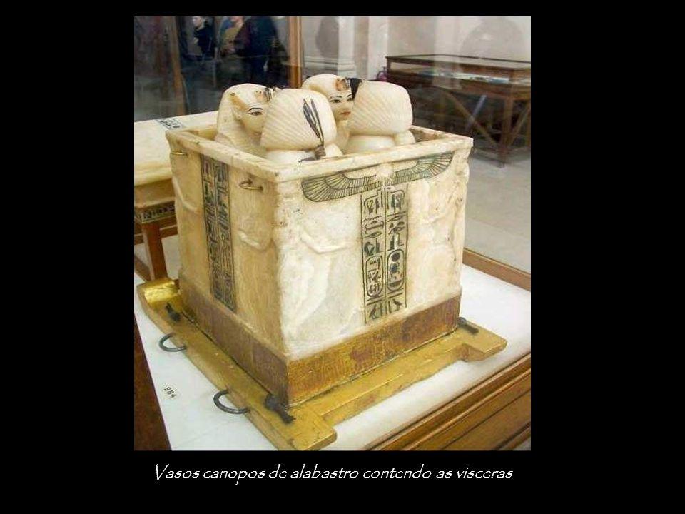 Vasos canopos de alabastro contendo as vísceras