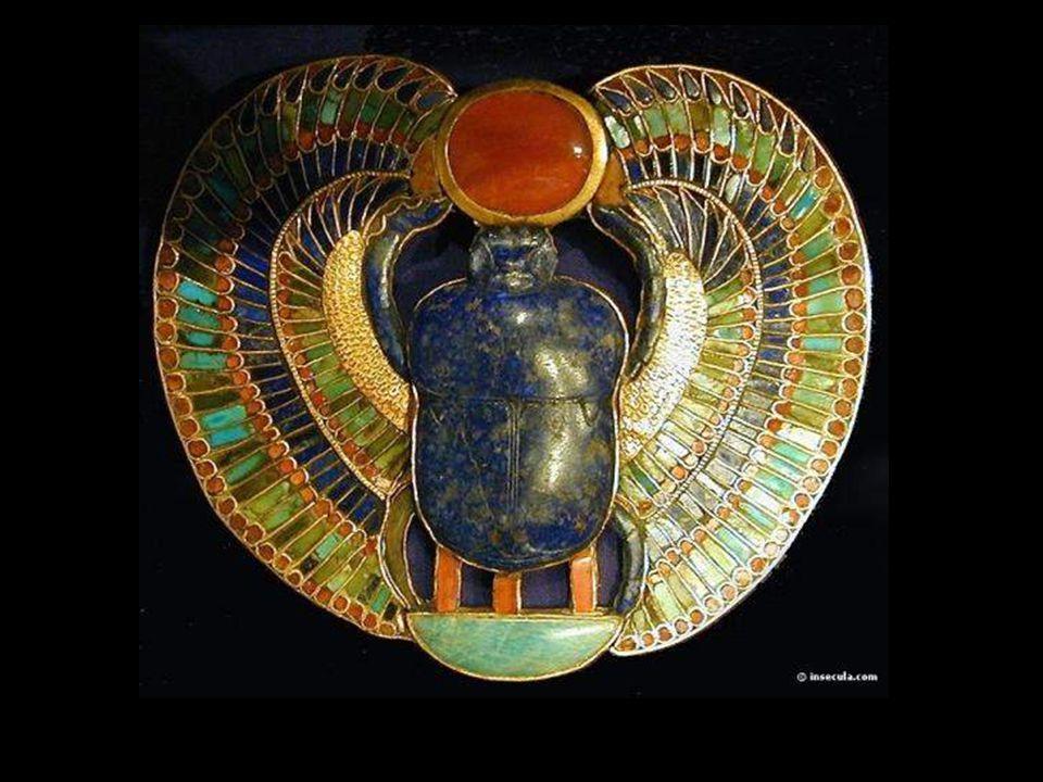 Os escaravelhos Estas figurinhas de pedra deviam impedir que a alma do defunto fosse devorada por Ammit. Ammit era a deusa que, após a pesagem do cora
