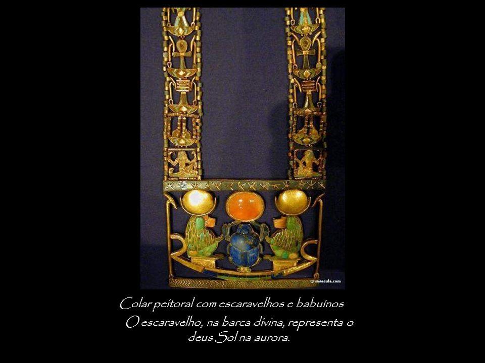 Colar peitoral com escaravelhos e babuínos O escaravelho, na barca divina, representa o deus Sol na aurora.