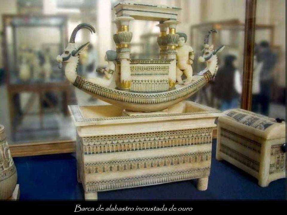 Barca de alabastro incrustada de ouro