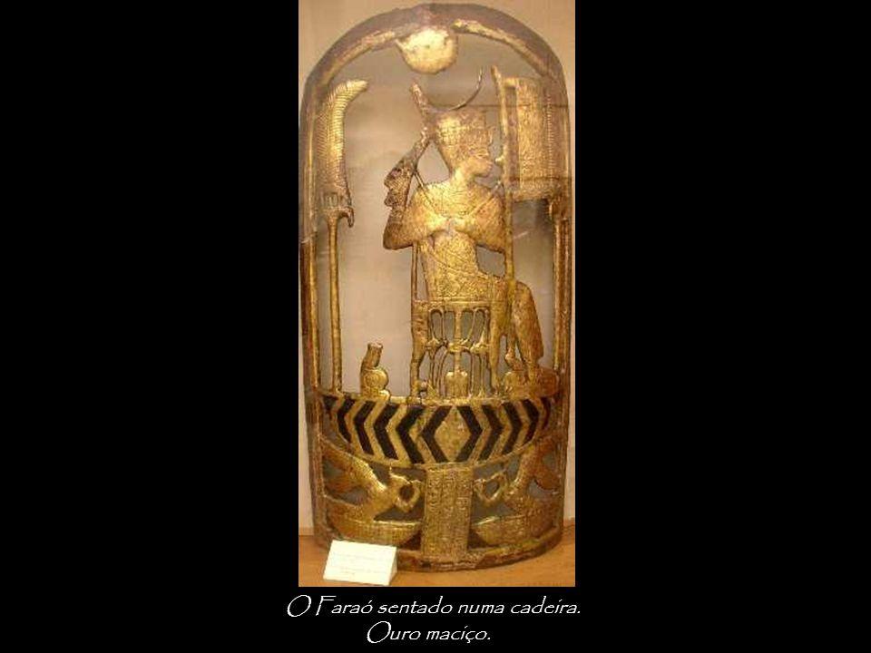 O Faraó sentado numa cadeira. Ouro maciço.