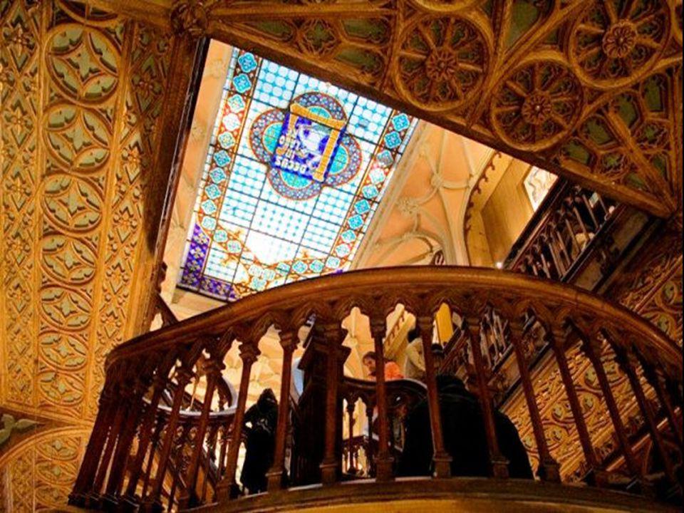 No tecto uma formosa cúpula de cristal dota de magia a livraria permitindo a entrada de uma deliciosa luz natural perfeita para a leitura.