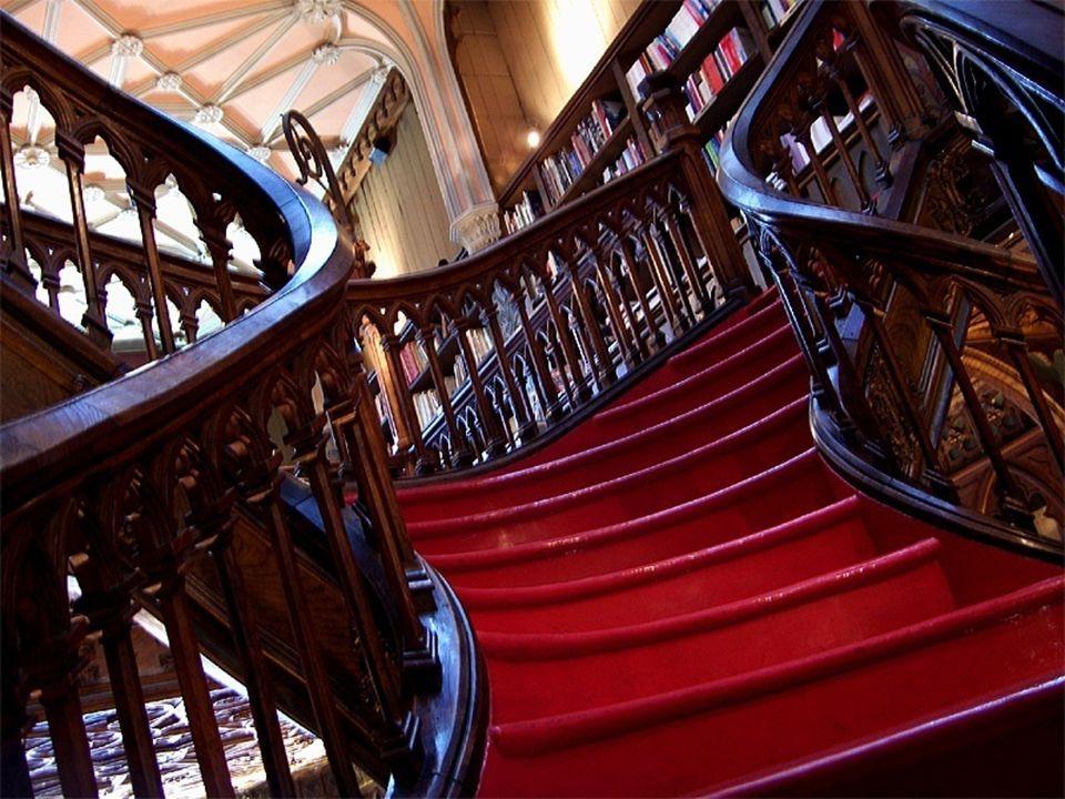 Uma enorme joia arquitectónica é, sem duvida, a enorme escadaria de madeira lavrada, no centro do local.