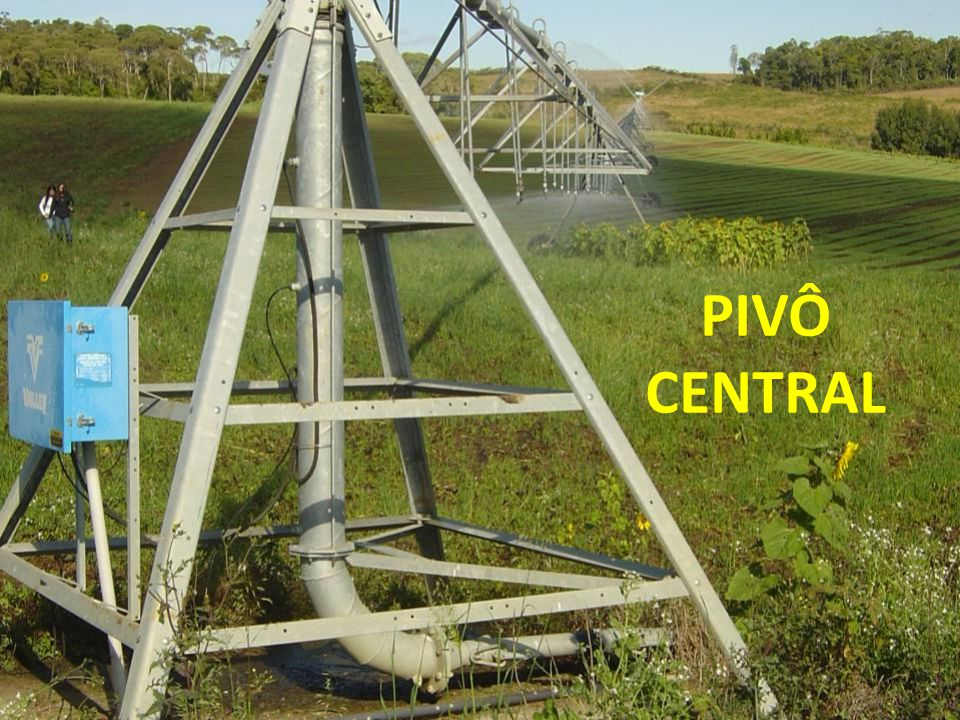 CARACTERÍSTICAS GERAIS O pivô central é um equipamento de irrigação por aspersão móvel com alto grau de automatização.