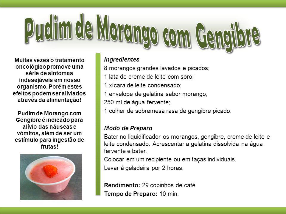 Ingredientes 8 morangos grandes lavados e picados; 1 lata de creme de leite com soro; 1 xícara de leite condensado; 1 envelope de gelatina sabor moran