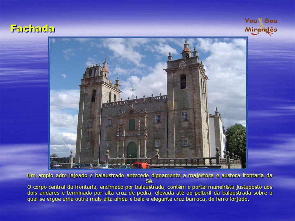 Igreja, de três amplas naves seccionadas em cinco tramos, está coberto com abóbadas nervadas, embora as nervuras pareçam não exercer qualquer função estrutural, mas unicamente decorativa.