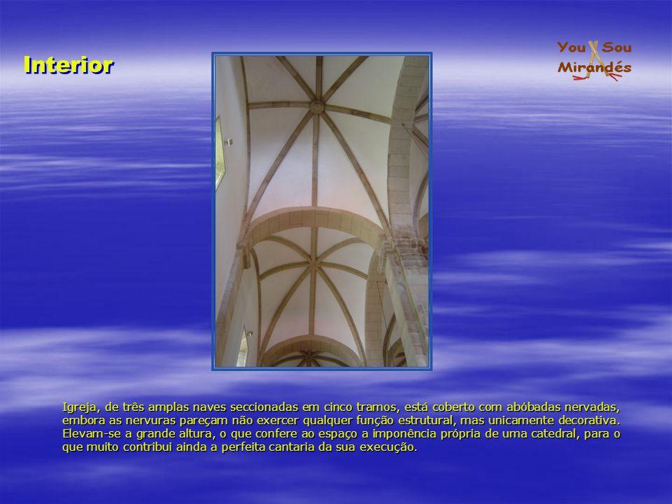 Igreja, de três amplas naves seccionadas em cinco tramos, está coberto com abóbadas nervadas, embora as nervuras pareçam não exercer qualquer função e
