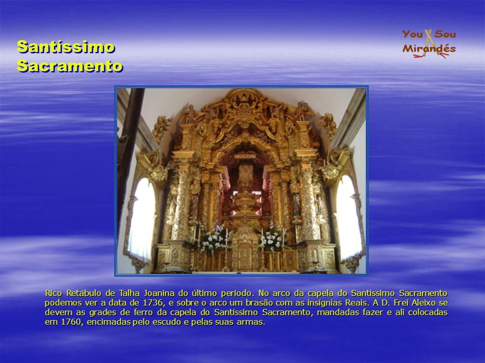 Rico Retábulo de Talha Joanina do último período. No arco da capela do Santíssimo Sacramento podemos ver a data de 1736, e sobre o arco um brasão com