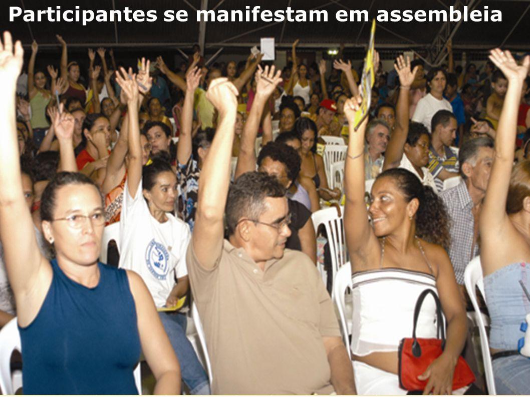 Participantes se manifestam em assembleia