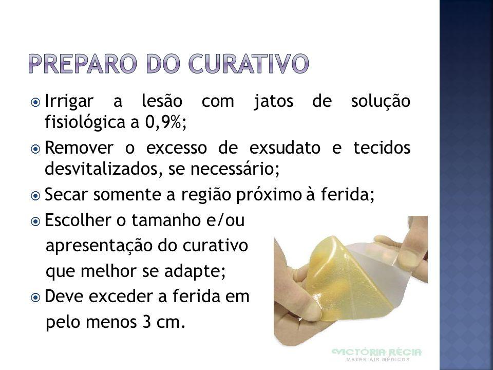 Irrigar a lesão com jatos de solução fisiológica a 0,9%; Remover o excesso de exsudato e tecidos desvitalizados, se necessário; Secar somente a região