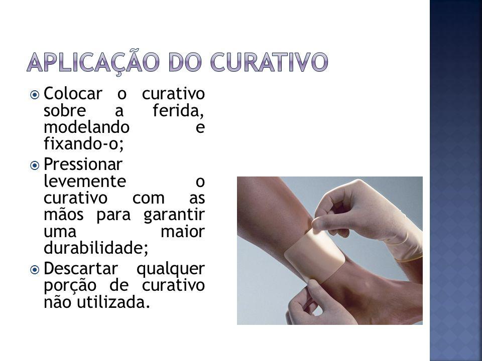 Colocar o curativo sobre a ferida, modelando e fixando-o; Pressionar levemente o curativo com as mãos para garantir uma maior durabilidade; Descartar