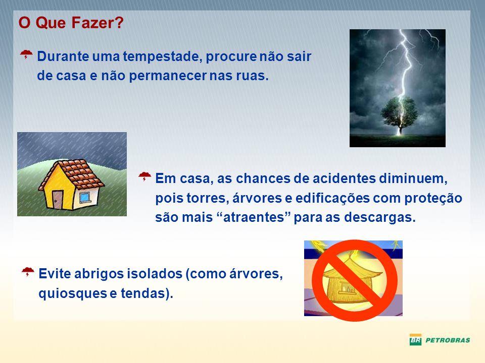 Durante uma tempestade, procure não sair de casa e não permanecer nas ruas. O Que Fazer? Em casa, as chances de acidentes diminuem, pois torres, árvor