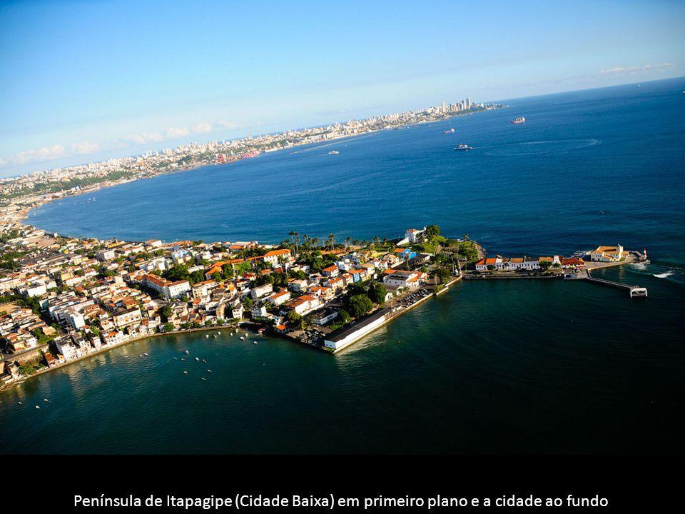 Península de Itapagipe (Cidade Baixa) em primeiro plano e a cidade ao fundo