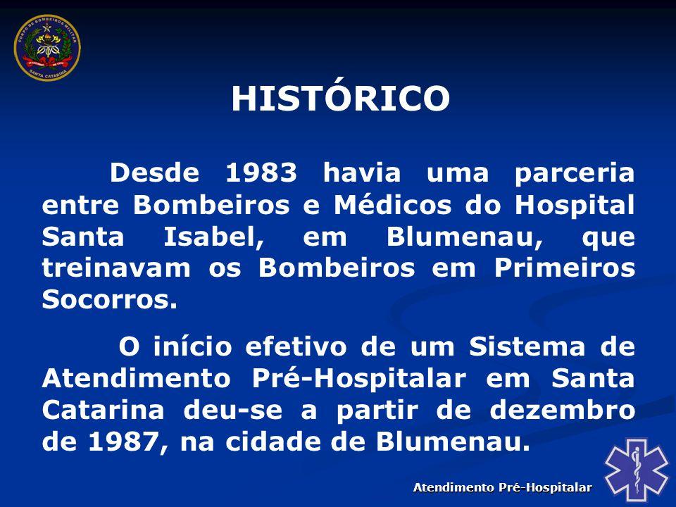 Atendimento Pré-Hospitalar Em 1990 o Ministério da Saúde lança, a nível nacional, o Programa de Enfrentamento às Emergências e Trau- mas – PEET, cabendo aos Corpo de Bombeiros o Projeto do Atendimento Pré-Hospitalar; Em agosto de 1995, em convênio com a UFSC o Corpo de Bombeiros de Santa Catarina realizou o primeiro Curso de Formação de Técnicos em Emergên- cias Médicas, com duração de 500 horas.