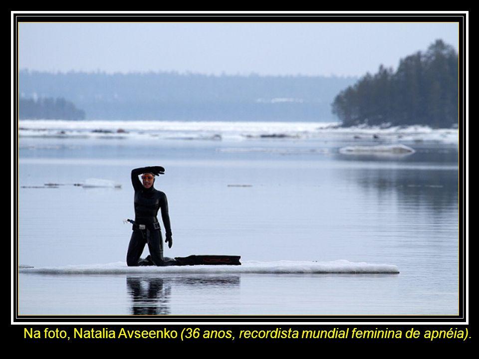 Dois russos, o fotógrafo Viktor Lyagushkin e a nadadora apneista* Natalia Avseenko, em abril de 2011, fizeram um experimento no mar Branco, ao noroest