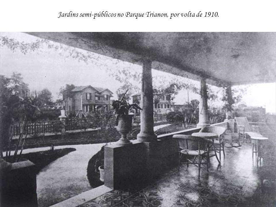 Jardins semi-públicos no Parque Trianon, por volta de 1910.