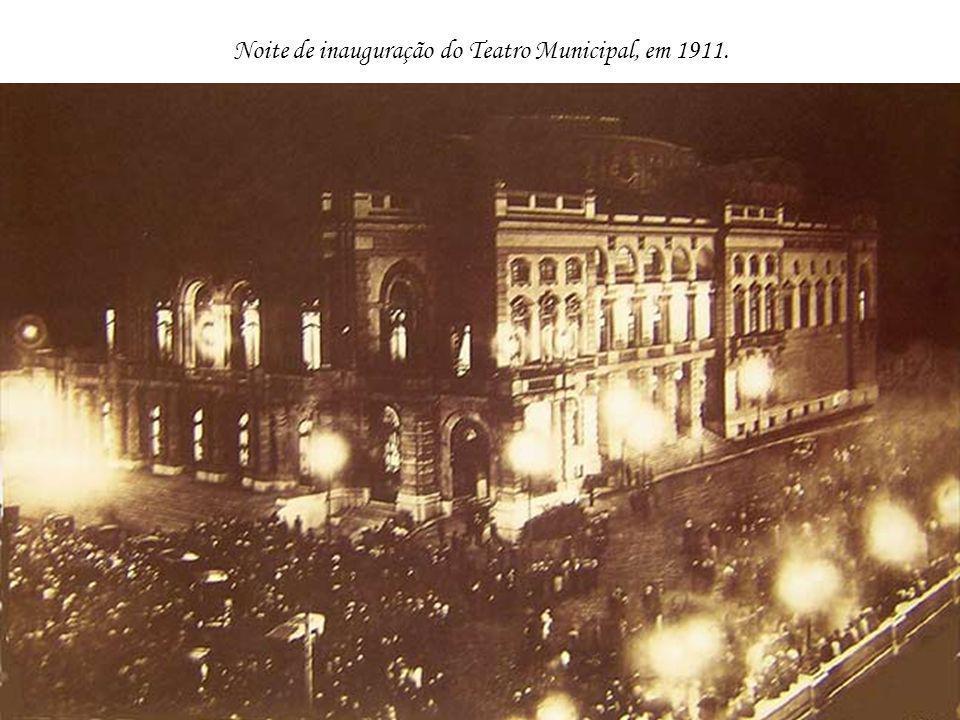 Parque do Anhangabaú em 1915, com o Teatro Municipal e o Hotel Esplanada ao fundo