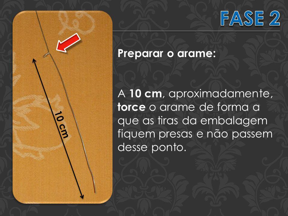 Preparar o arame: A 10 cm, aproximadamente, torce o arame de forma a que as tiras da embalagem fiquem presas e não passem desse ponto.