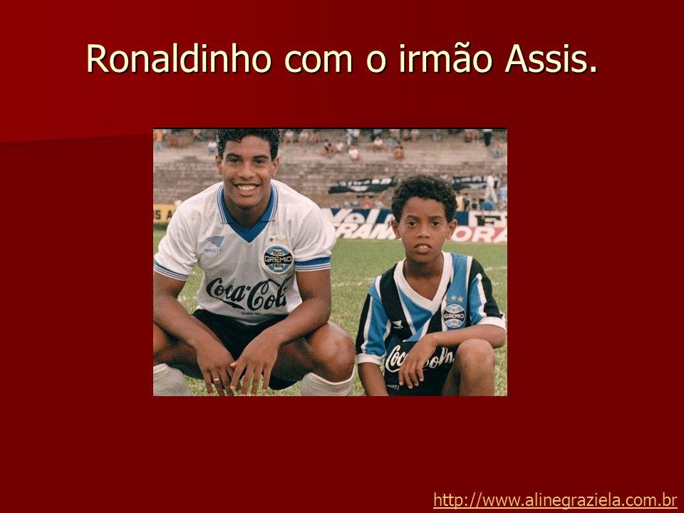 Ronaldinho com o irmão Assis. http://www.alinegraziela.com.br