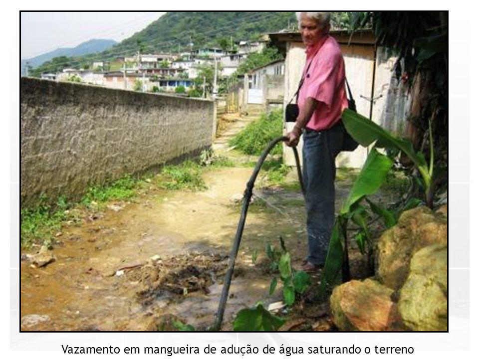 Vazamento em mangueira de adução de água saturando o terreno